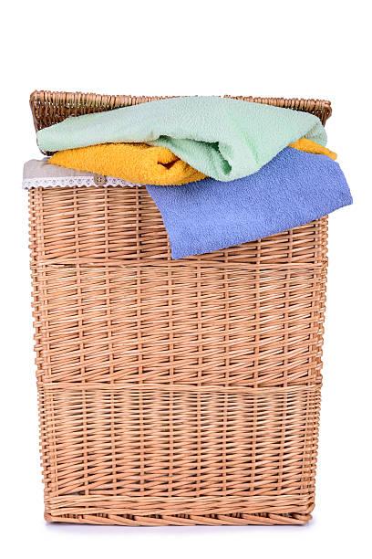Ropa cesta con servicio de toallas - foto de stock