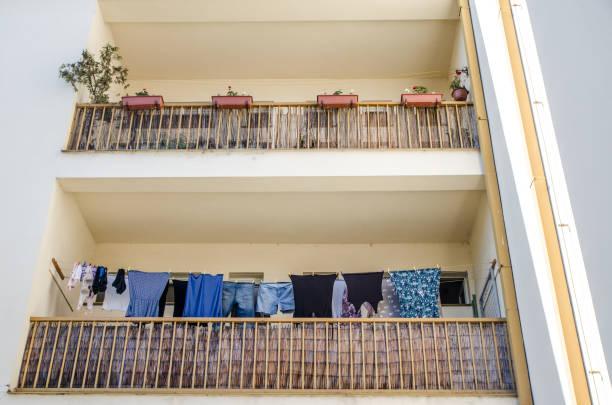 Kleidung trocknet auf Balkon – Foto