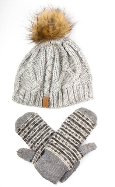 kleidung für die kalte jahreszeit: wollmütze, handschuhe - mützenschal stock-fotos und bilder