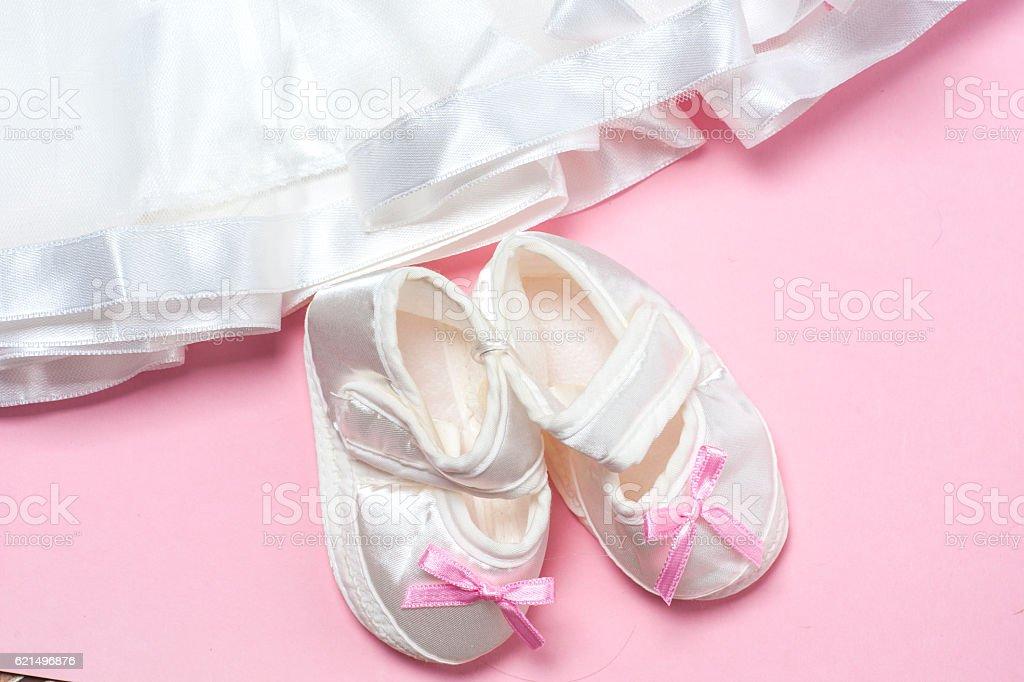 Vêtements de bébé fille sur un fond rose. Espace texte photo libre de droits