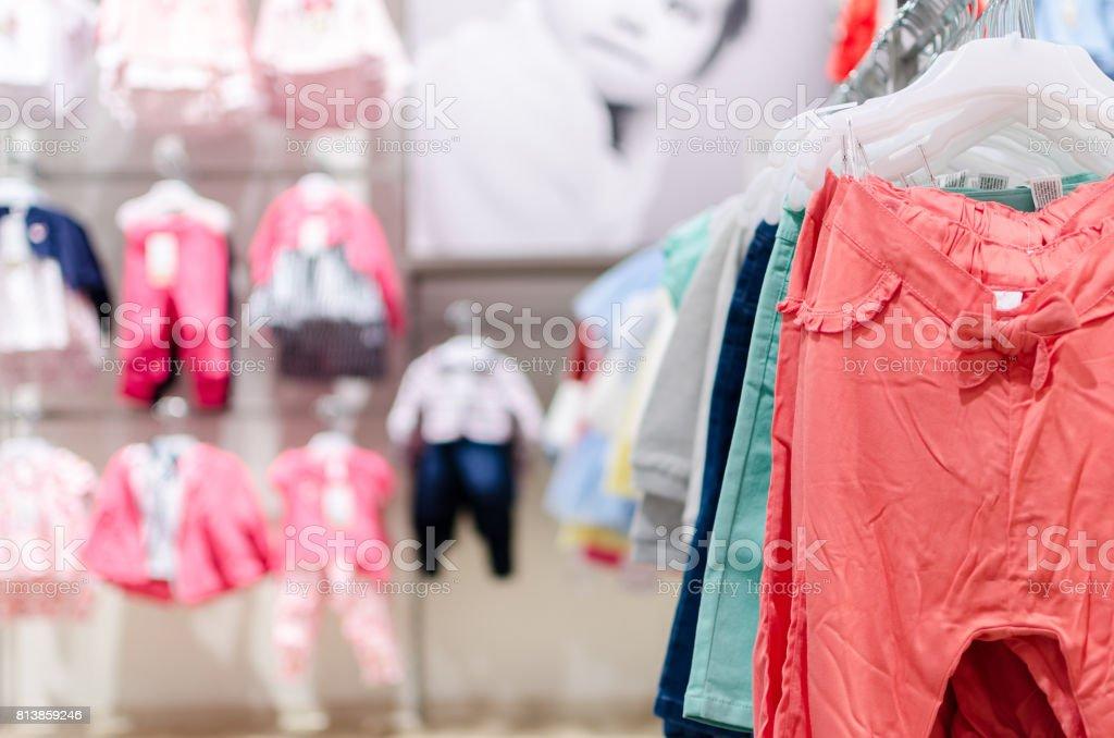 Roupas na loja - foto de acervo