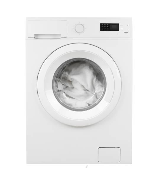 kleidung in waschmaschine auf isoliertem weißen hintergrund - waschmaschine fotos stock-fotos und bilder