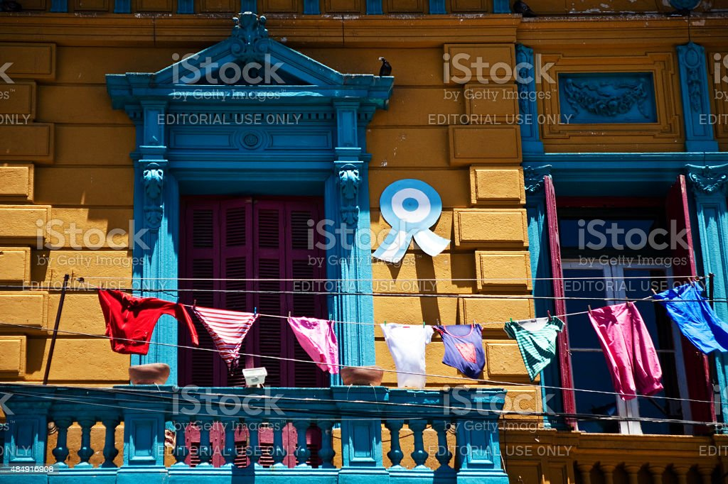 Linhas em roupas coloridas Caminito de varanda em Buenos Aires - foto de acervo