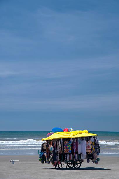 vestiti su una spiaggia - ambulante foto e immagini stock