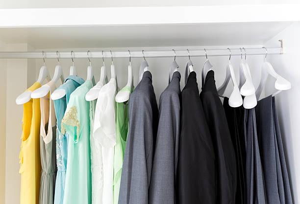 kleidung auf einem kleiderbügel - bügelsysteme stock-fotos und bilder