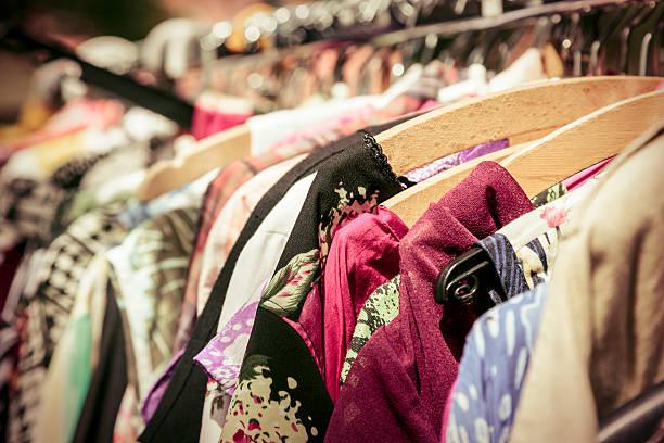 Kleidung auf einem Ständer auf einem Flohmarkt – Foto