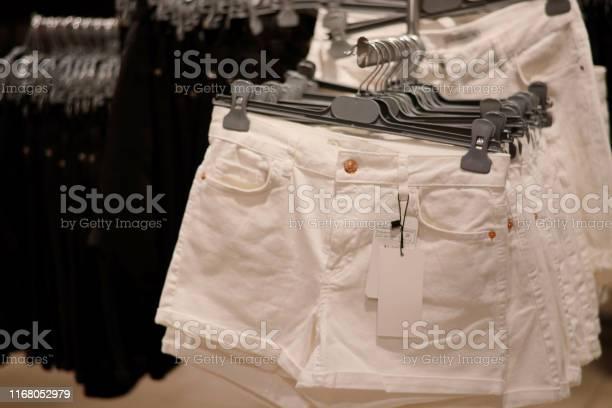 Ropa En Perchas En La Tienda Pantalones Cortos Blancos De Mezclilla Para Mujer Cuelgan En El