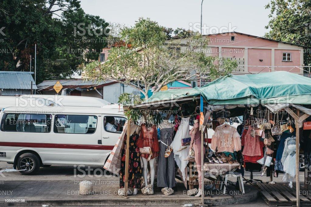 925ca05509c Ropa A La Venta En Un Mercado De Calle Puesto En Bridgetown Barbados ...