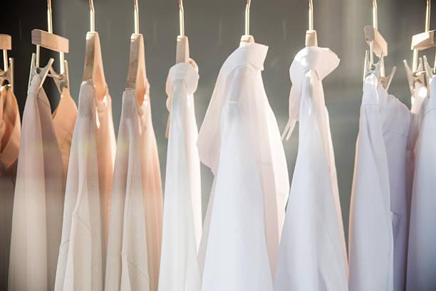 Kleiderstange im Boutique modernen Schrank – Foto