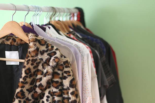 kleiderstange - bügelsysteme stock-fotos und bilder