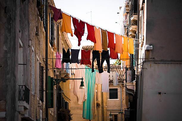 clotheslines wäscherei bei aktiver dienst in venedig, italien - orangenscheiben trocknen stock-fotos und bilder