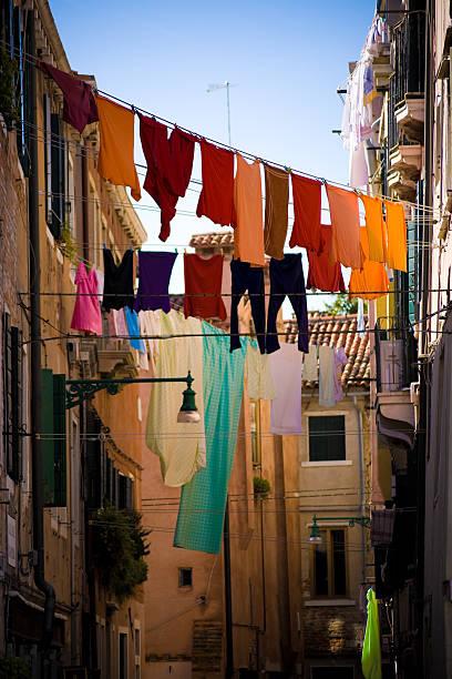 clotheslines bei aktiven dienst in venedig, italien - orangenscheiben trocknen stock-fotos und bilder