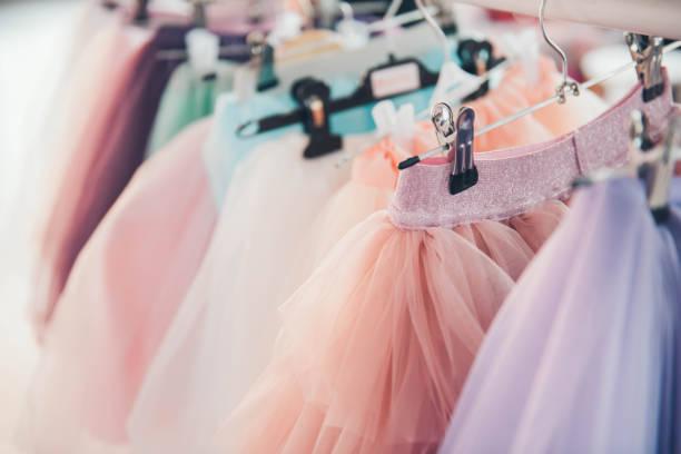 ワードローブの服のラックの女の子のための服。 - プリンセス ストックフォトと画像