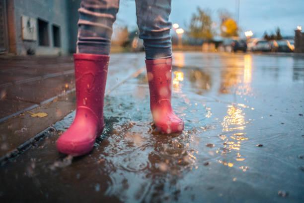 kleidung für schlechtes wetter ist wichtig - kinder winterstiefel stock-fotos und bilder