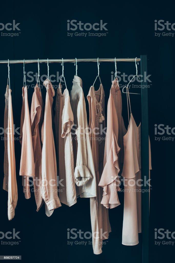 ropa colgada en el perchero - foto de stock
