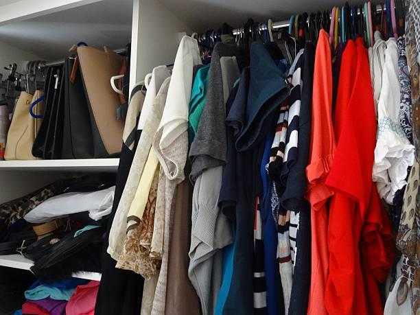 kleidung im kleiderschrank - bügelsysteme stock-fotos und bilder