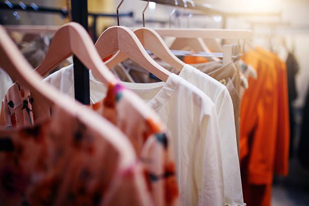 odzież na wieszaku w nowoczesnym butiku sklepowym - odzież zdjęcia i obrazy z banku zdjęć