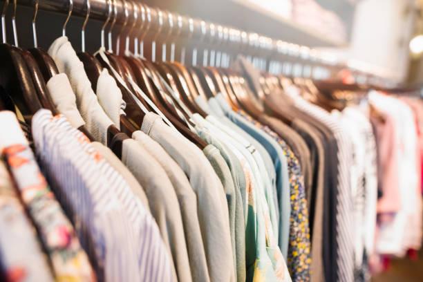 kleding hanger in het trendy winkel boutique - kledingwinkel stockfoto's en -beelden