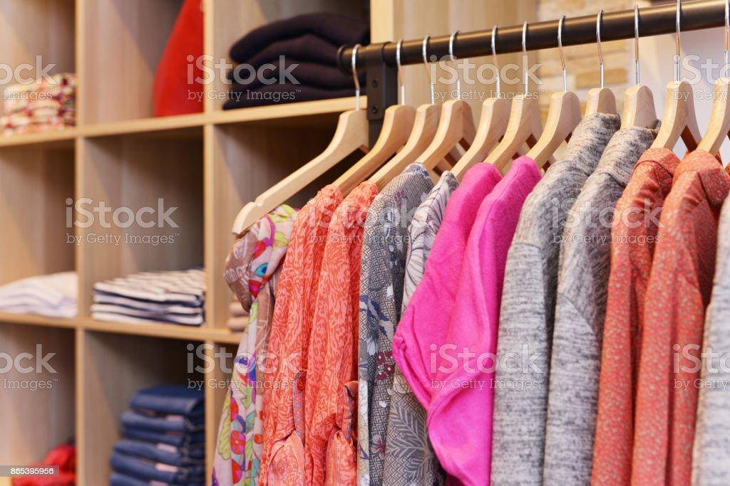 Kleidung auf Bügel in einer Modeboutique – Foto