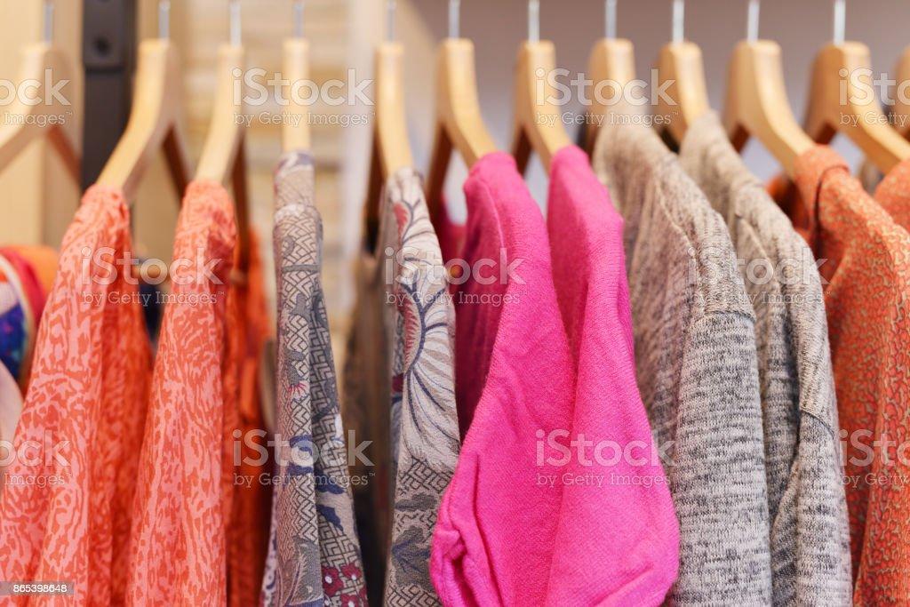 Ropa de percha en una boutique de moda - foto de stock