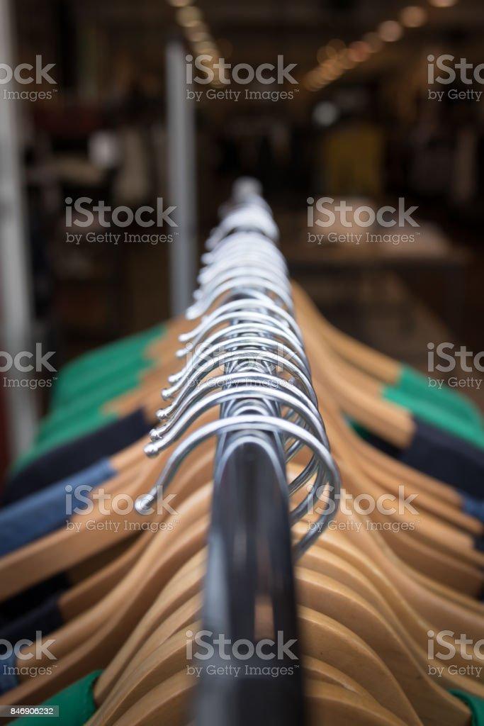 Kleidung auf Bügeln auf einem Gestell für ein Geschäft. – Foto