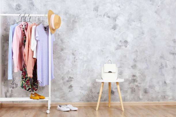 kleiderbüschel mit vielen verschiedenen kleidern. - heute ist freitag stock-fotos und bilder