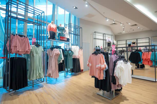 tampilan ritel toko pakaian di pusat perbelanjaan - fashion business potret stok, foto, & gambar bebas royalti