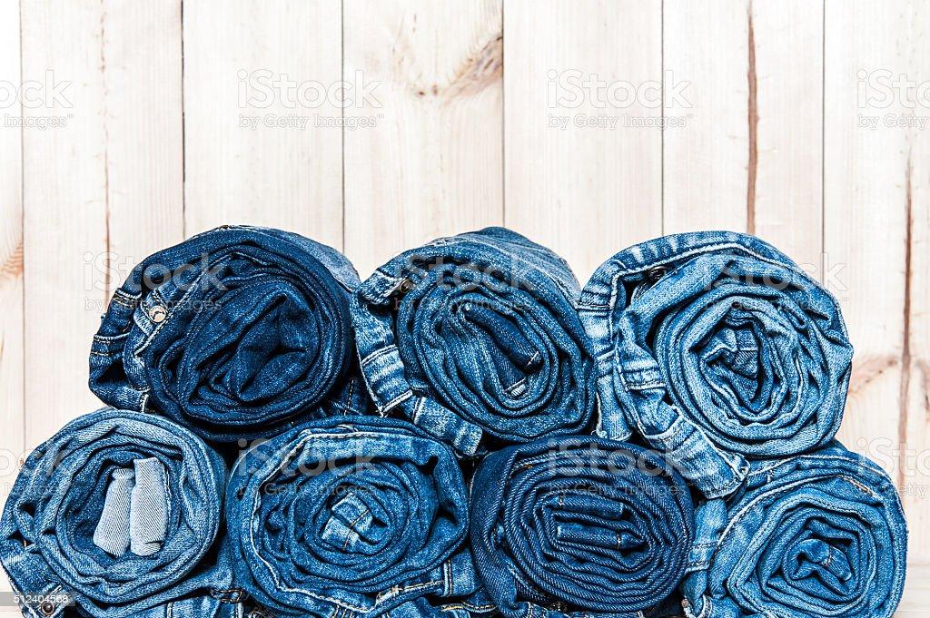 Clothing. twisted jeans auf einem hölzernen Hintergrund – Foto
