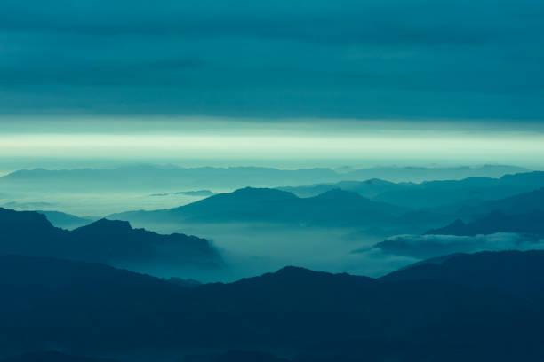 molnet och berg landskap - nature foggy calm bildbanksfoton och bilder