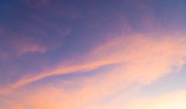 Wolken und Himmel im Sonnenuntergang Abend Sommer. – Foto