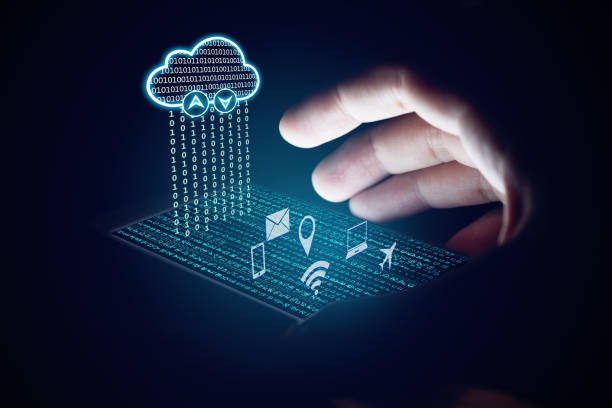 le cloud computing concept, femme à l'aide de smartphone et la protection. - informatique en nuage photos et images de collection