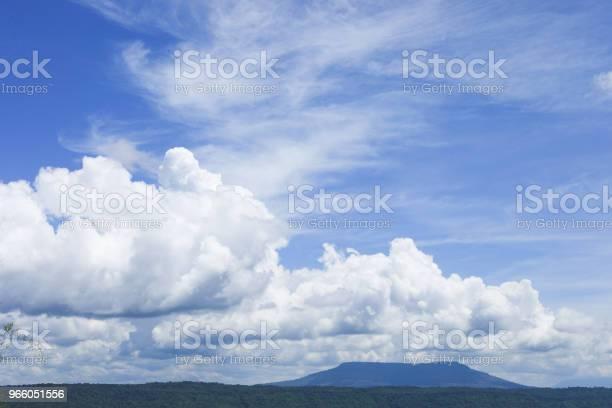 Образование Облаков Над Горой — стоковые фотографии и другие картинки Азия