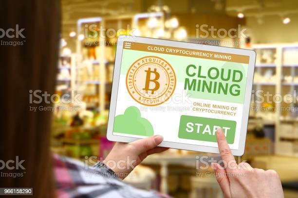 Cloud Gruvdrift Konceptet Flicka Håller Digital Tabletten På Suddig Shop Bakgrund-foton och fler bilder på Bitcoin