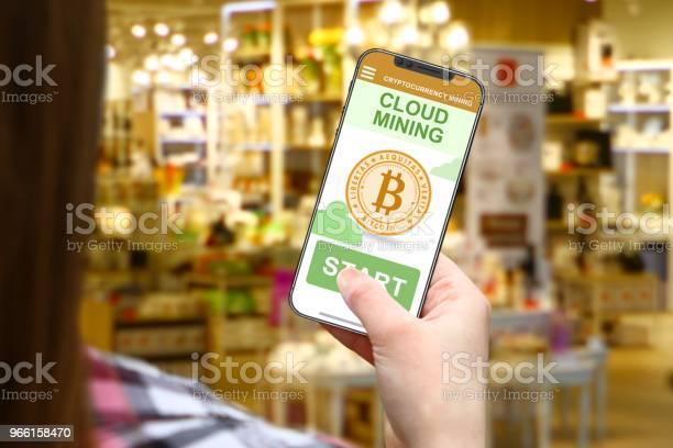Cloud Mining Idee Meisje Met Frameless Telefoon Op De Achtergrond Wazig Winkel Stockfoto en meer beelden van Blockchain