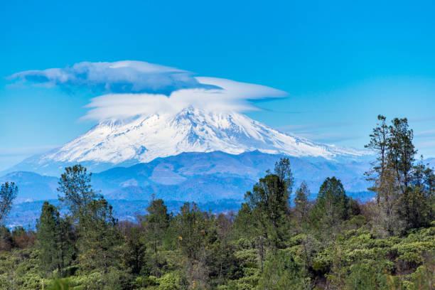 wolke über mt. shasta, kalifornien - lenticular stock-fotos und bilder