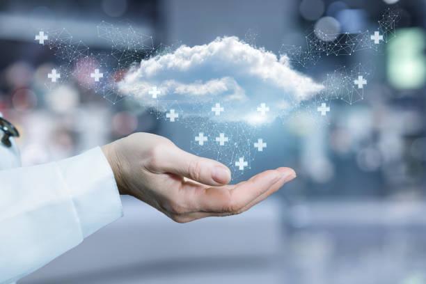 Eine Wolke umgeben von medizinischen Marken fliegen über die Hand eines Arztes. – Foto