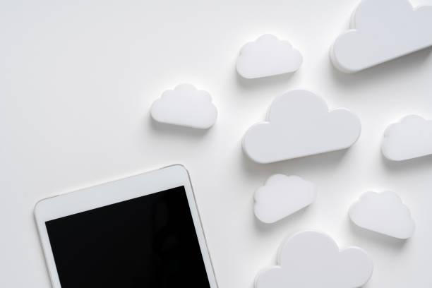 Cloud-Technologie-Symbol für globales Geschäftskonzept auf einem Schreibtisch von oben – Foto