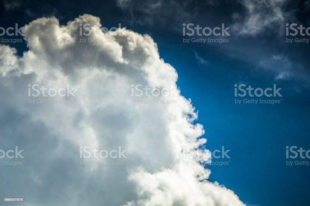 Typologies de nuage: Cumulus bourgeonnants dans ciel de mauvaise humeur pendant la mousson d'orage Sumer. photo libre de droits