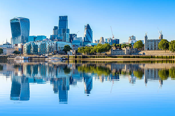 cloudless day at financial district of london - theems stockfoto's en -beelden