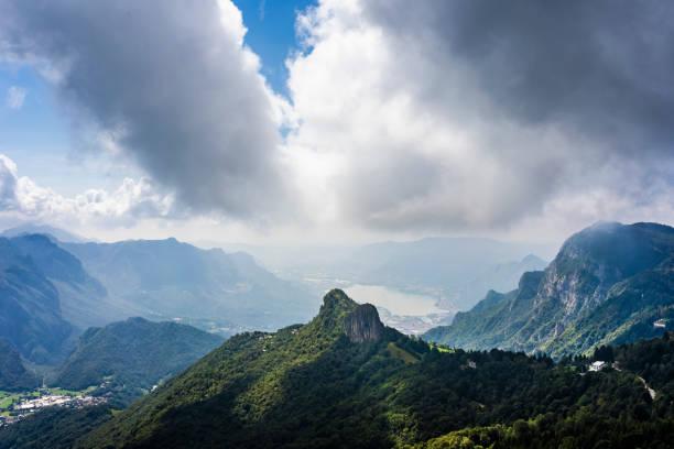 wolken abovecomo lake - lecco lombardije stockfoto's en -beelden