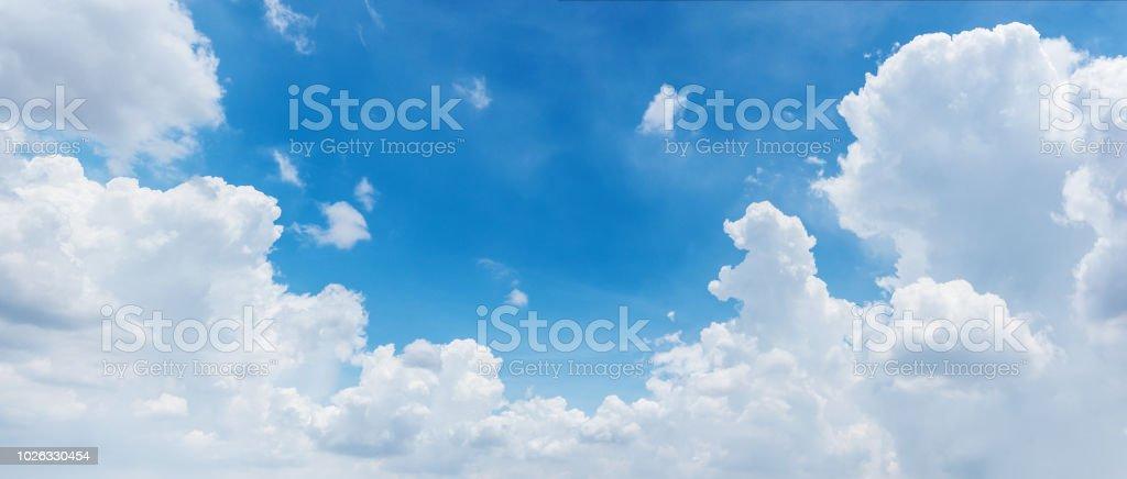 Wolken und strahlend blauem Himmelshintergrund, panoramische Ansicht Lizenzfreies stock-foto
