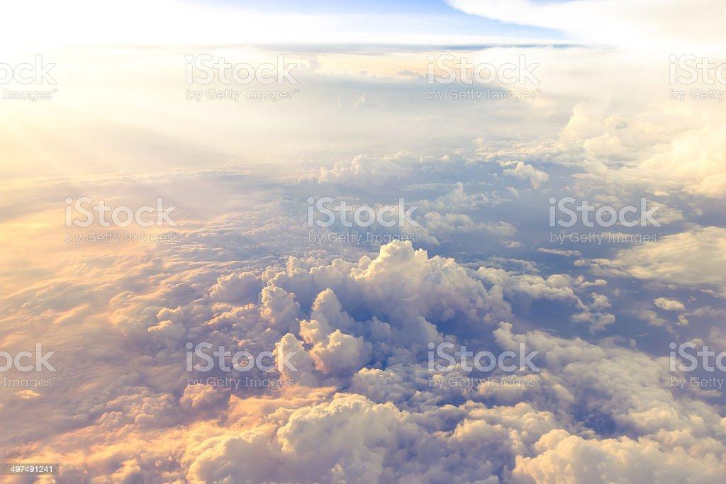 Wolken und Himmel, gesehen durch das Fenster des Flugzeugs - Lizenzfrei Abstrakt Stock-Foto