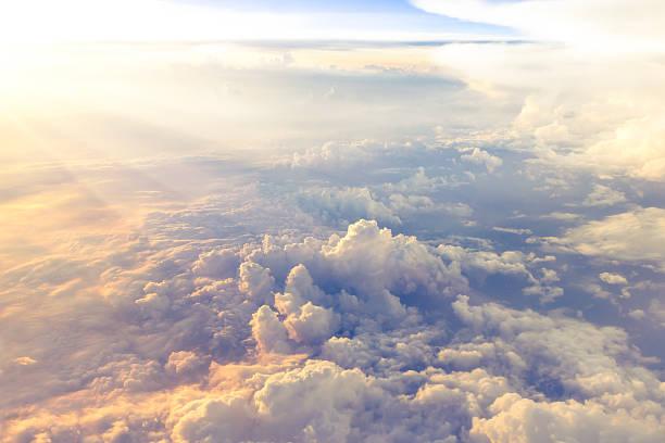 Wolken und Himmel, gesehen durch das Fenster des Flugzeugs – Foto