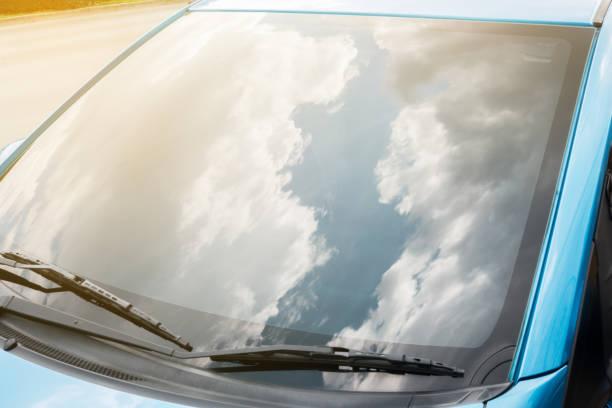 wolken en lucht op de voorruit - voorruit stockfoto's en -beelden
