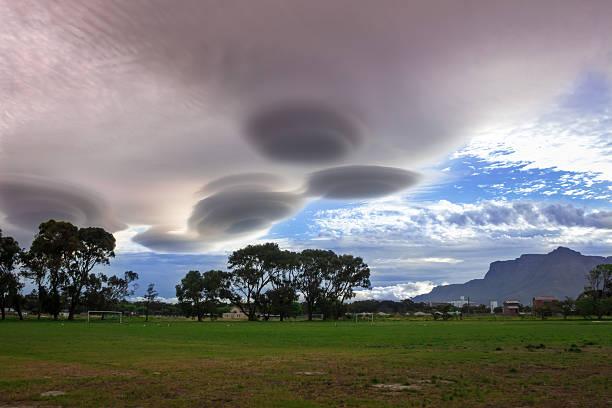 ufo wolken wolke landschaft - lenticular stock-fotos und bilder