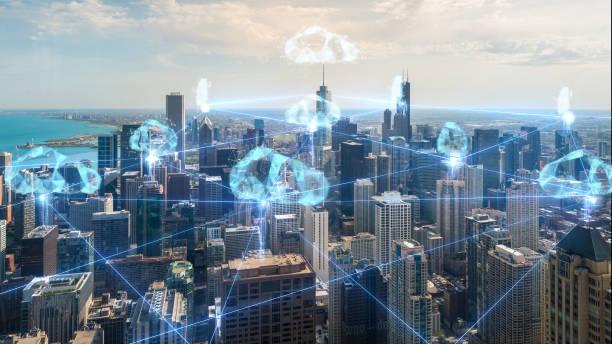 tecnología de conexión de nubes en el horizonte urbano de Chicago - foto de stock