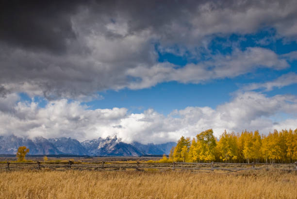 Wolken die de hemel boven het Teton-gebergte bedekken foto