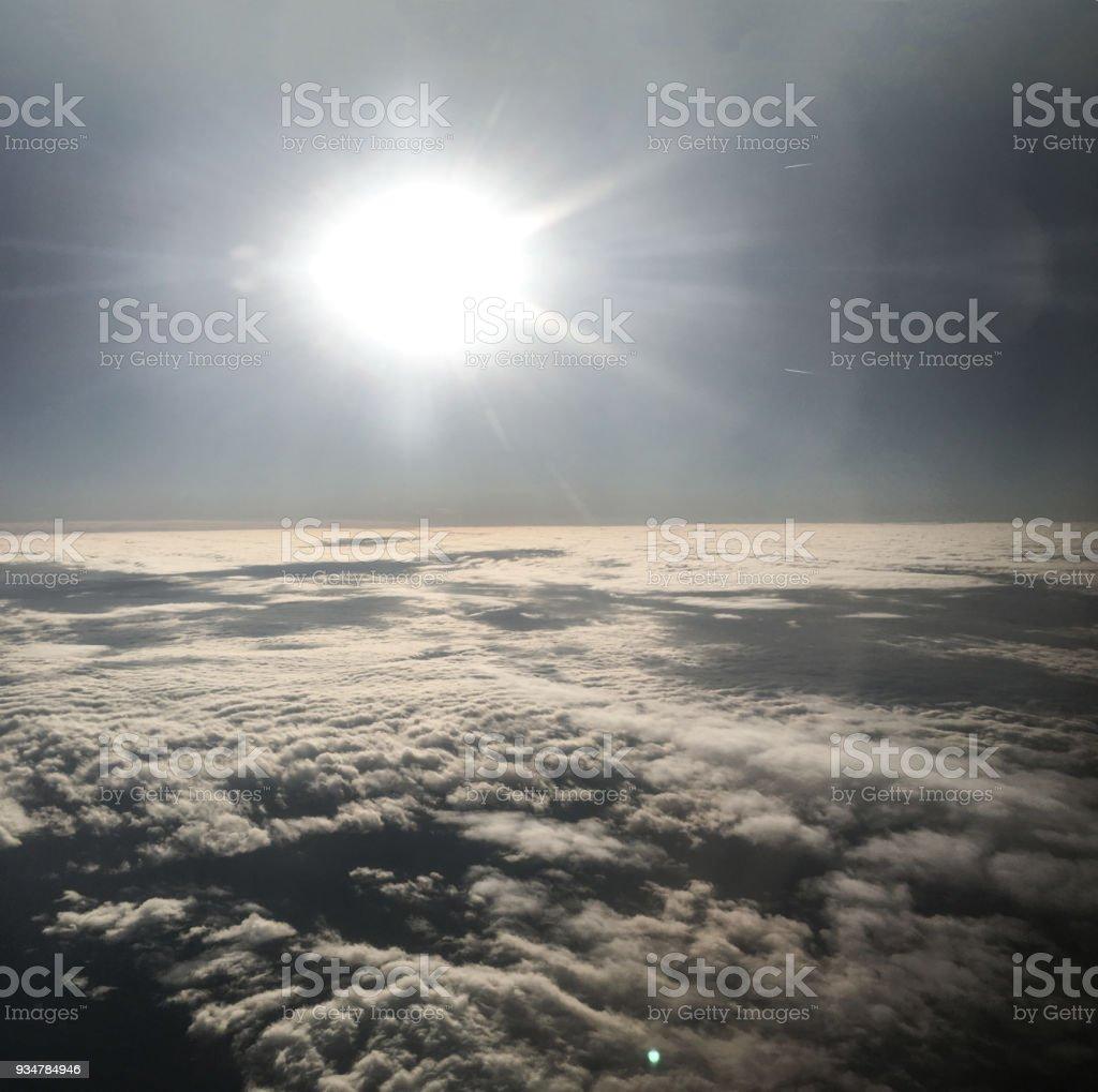 bulutlar uçak penceresinin arka plan biriminden ayırmak stok fotoğrafı
