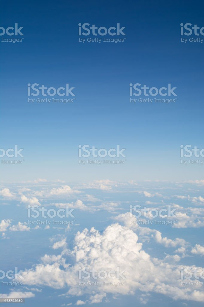 Clouds in blue sky, aerial view from airplane window. photo libre de droits