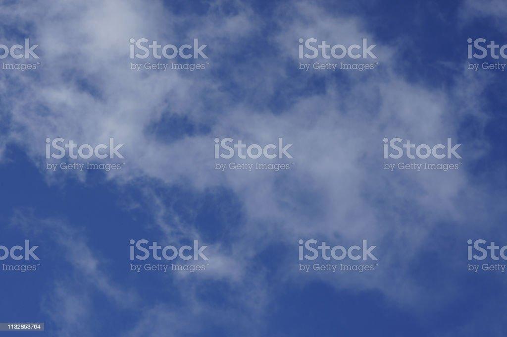 0708 Wolken in blauem Himmel – Foto